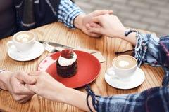 Cierre para arriba Pastel de queso en la tabla en café Foto de archivo