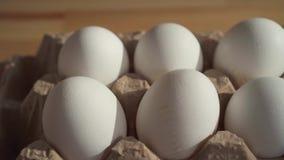 Cierre para arriba pocos huevos en una caja de cart?n en la tabla metrajes