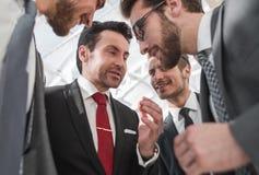 Cierre para arriba un equipo amistoso del negocio discute las noticias fotografía de archivo libre de regalías