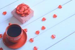 Cierre para arriba Una taza de café en una tabla de madera blanca Fotografía de archivo libre de regalías