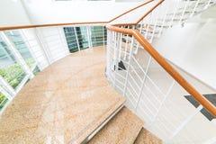 Cierre para arriba y detalles de escaleras modernas con el espacio blanco fotografía de archivo