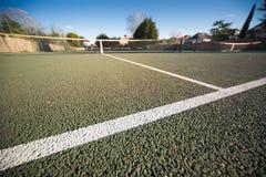 Cierre para todo clima del campo de tenis para arriba con el cielo azul Foto de archivo