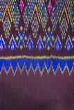 Cierre peruano de la superficie de la manta del estilo de la artesanía de seda tailandesa colorida encima de más este adorno y de Fotografía de archivo libre de regalías