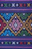 Cierre peruano de la superficie de la manta del estilo de la artesanía de seda tailandesa colorida encima de más este adorno y de Foto de archivo libre de regalías