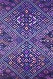 Cierre peruano de la superficie de la manta del estilo de la artesanía de seda tailandesa colorida encima de más este adorno y de Fotos de archivo
