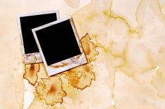 Cierre polaroid manchado viejo vintage de la página del álbum de foto de los marcos de la impresión de la foto del espacio en bla Foto de archivo libre de regalías