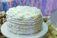Cierre poner crema hermoso del pastel de bodas para arriba Fotografía de archivo