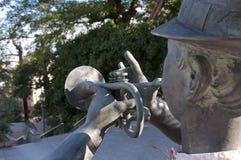 Cierre posterior encima de la imagen de una estatua del jugador de trompeta en el distrito de Kitano de Kobe, Japón fotografía de archivo
