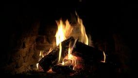 Cierre precioso acogedor hermoso encima de la opinión del lazo 4k sobre la llama de madera del fuego que quema lentamente en atmó almacen de video