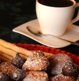 Cierre precioso encima de la imagen de las galletas de la Navidad en una tabla Imagen de archivo