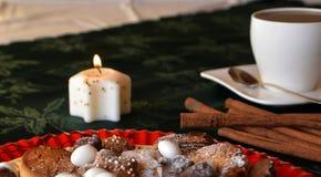 Cierre precioso encima de la imagen de las galletas de la Navidad en una tabla Imagenes de archivo
