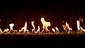 Cierre precioso satisfactorio espléndido de la atmósfera para arriba en el carbón de leña que quema lento con la llama anaranjada metrajes
