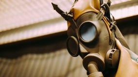 Cierre químico de la máscara de la protección para arriba Contaminación ambiental radiactiva almacen de metraje de vídeo