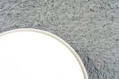 Cierre redondo de la luz de la lámpara para arriba con la opinión gris del extracto de la pared Fotos de archivo libres de regalías