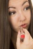 Cierre rojo de aplicación adolescente americano asiático del retrato del lápiz labial para arriba Imagen de archivo libre de regalías