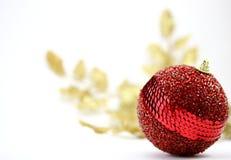 Cierre rojo de la bola de la Navidad para arriba Imagen de archivo libre de regalías