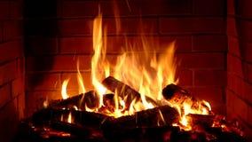Cierre satisfactorio increíble encima del tiro de la madera que quema lentamente con la llama anaranjada del fuego en atmósfera a almacen de metraje de vídeo