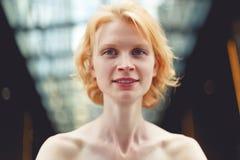 Cierre sonriente de la mujer del jengibre para arriba, foto teñida imagen de archivo libre de regalías