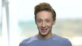 Cierre sonriente del adolescente para arriba metrajes