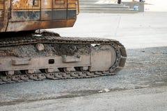 Cierre sucio de la pista del excavador encima del tractor viejo Imagenes de archivo