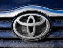 Cierre sucio del logotipo de Toyota para arriba en un día de invierno soleado fotografía de archivo libre de regalías