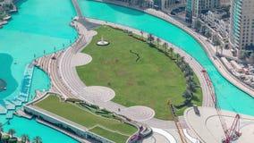 Cierre superior encima de la opinión el puente sobre el lago artificial y algunas personas que caminan en parque metrajes
