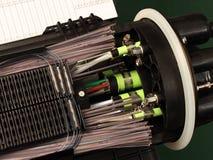 Cierre total de la fibra óptica con las conexiones del empalme Fotografía de archivo