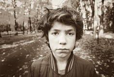Cierre triste dramático del muchacho encima de la foto blanco y negro Fotos de archivo
