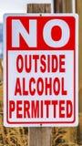 Cierre vertical encima de la vista de un poste de muestra que no lee ningún alcohol exterior permitido foto de archivo libre de regalías