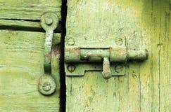 Cierre viejo en puerta de madera verde Imágenes de archivo libres de regalías