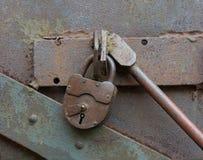 Cierre y barra viejos de la cerradura del metal imagen de archivo