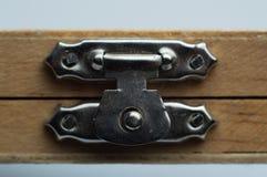 Cierres del vintage instalados en la caja de madera imagenes de archivo