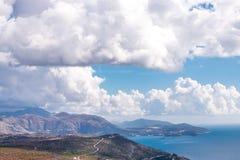 Ciertas nubes y día soleado es todas lo que usted necesita Imagen de archivo