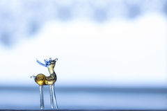 Ciervos de cristal en el fondo azul-blanco Fotografía de archivo
