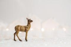 Ciervos de la Feliz Navidad del invierno en el fondo blanco imagenes de archivo