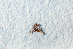 Ciervos de madera rojos del juguete en la nieve Imágenes de archivo libres de regalías