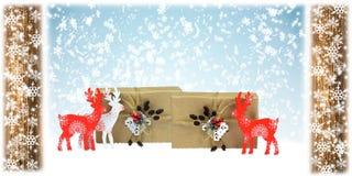 Ciervos de madera y regalos hechos a mano, composición de la Navidad imagenes de archivo