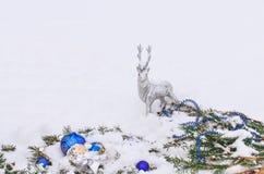 Ciervos de plata de la Navidad Reno de plata en la nieve Foto de archivo libre de regalías