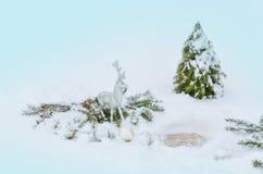 Ciervos de plata de la Navidad Reno de plata en la nieve Imagen de archivo