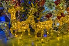Ciervos de Russ New Year en la venta de las decoraciones de la Navidad en el m Foto de archivo