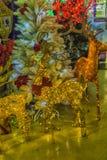Ciervos de Russ New Year en la venta de las decoraciones de la Navidad en el m Fotografía de archivo