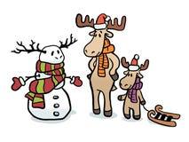 Ciervos en sombreros y bufandas de la Navidad El papá y el hijo hicieron un muñeco de nieve Reno del muñeco de nieve Una familia  Foto de archivo