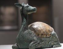 Ciervos-shapped Mat Weight Mounted de bronce con Shell imagen de archivo
