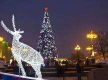 Ciervos y árbol de navidad eléctricos Imagen de archivo