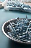 Ciesielka rekwizytów potwierdzenia na metalu talerzu na błękitnym tle fotografia royalty free