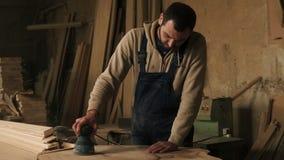Ciesielka sklep z drewnianym materiałem, narzędzia na tle Joiner pracuje na przerobie drewno w błękitnych kombinezonach zdjęcie wideo