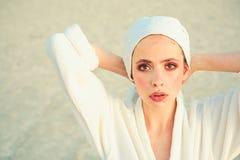Cieszyć się dzienną rutynę Piękno higiena i rutyna Młoda kobieta w kąpanie todze Ładny kobiety odzieży kąpielowy ręcznik na głowi zdjęcia royalty free