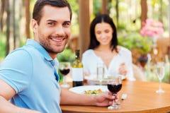 Cieszyć się gościa restauracji z jego dziewczyną Zdjęcie Royalty Free