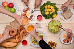 Cieszyć się gościa restauracji z przyjaciółmi Odgórny widok grupy ludzi havin Obrazy Royalty Free