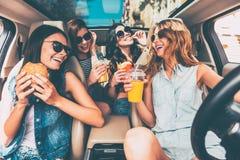 Cieszyć się ich lunch w samochodzie zdjęcia stock
